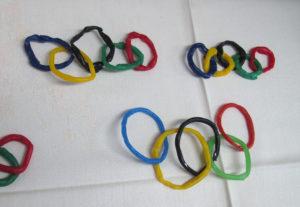 Olympijské kruhy modelované z barevného včelího vosku